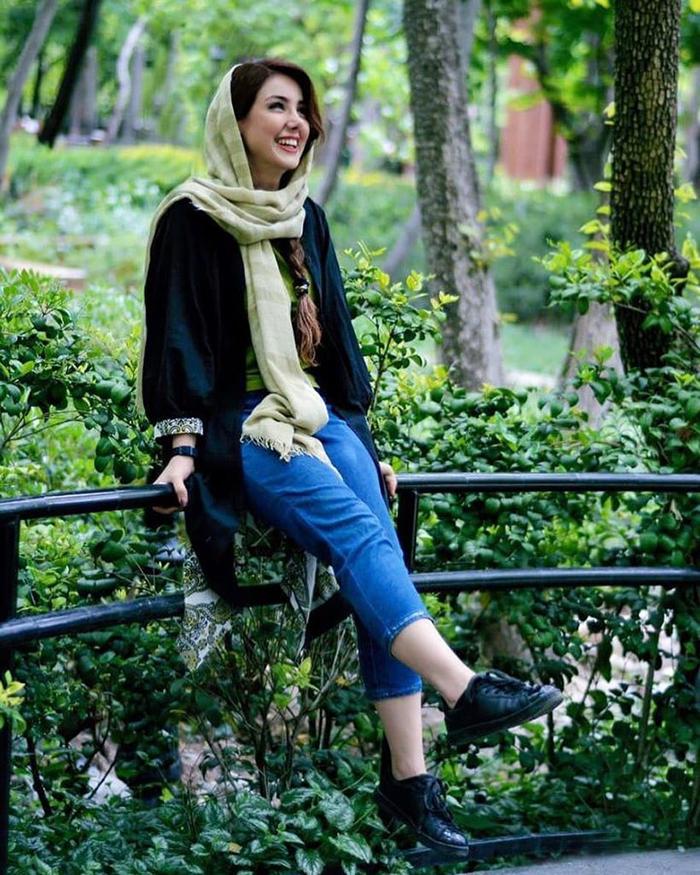 iranian women dress 819x1024 1 - ست کردن شلوار مام استایل با کفش و لباس به چه صورت است؟
